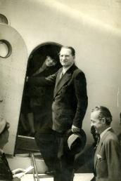 Alcide De Gasperi in partenza per gli Stati Uniti con la moglie Francesca Romani, gennaio 1947