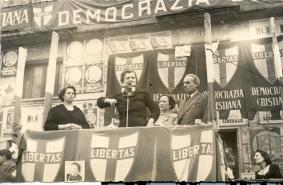 Maria De Unterrichter durante un comizio, 1946