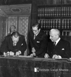 Alcide de Gasperi e Enrico De Nicola firmano la Costituzione repubblicana, dicembre 1948