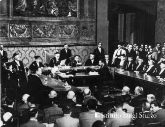 Roma 1946_06_09 Il Presidente della Corte di Cassazione Pagano legge i risultati ufficiali del referendu